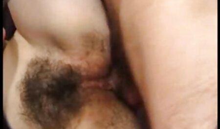 A lány maszturbál a kamera, baszik érett szex ingyen az amatőr videó.