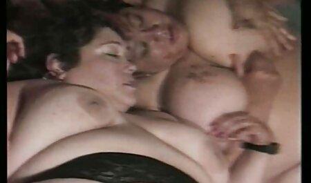Egy aranyos ponofilmek ingyen lány maszturbál egy játékkal.